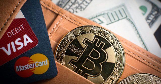 Cartões de débito, Bitcoin e notas de dólar