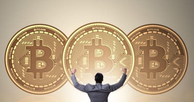Homem felicita bitcoin