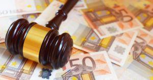 Martelo de juiz na pilha de euros