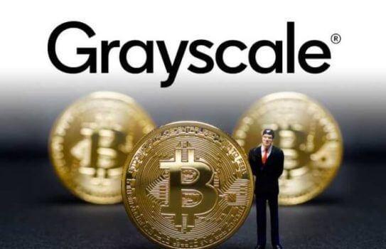 logo da grayscale e 3 moedas de bitcoin