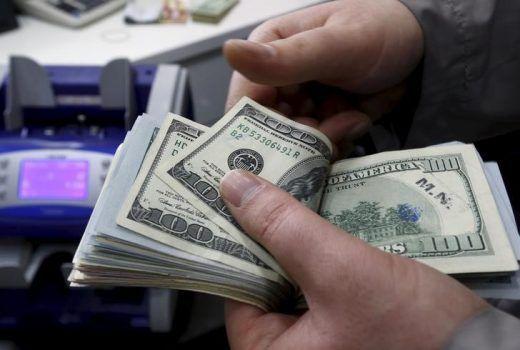 Operador conta notas de dólar em casa de câmbio