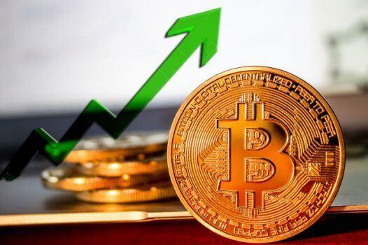 moeda de bitcoin com seta verde apontada pra cima