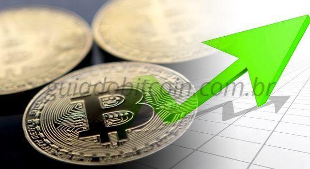 moedas de bitcoin com seta verde indicando alta no preço