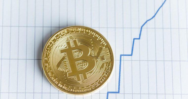 moeda de bitcoin subindo escada