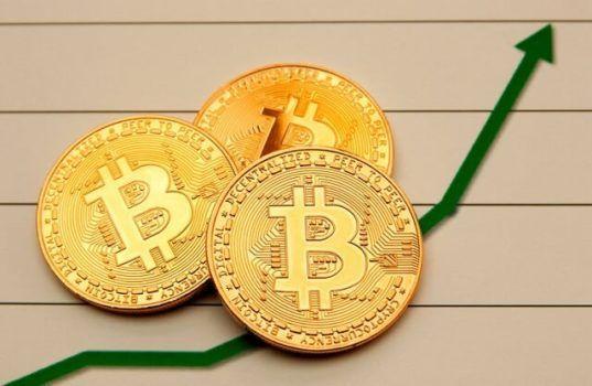 três moedas de bitcoin