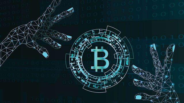 mãos tentando regulamentar o bitcoin