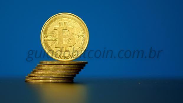 moeda de bitcoin sendo equilibrada