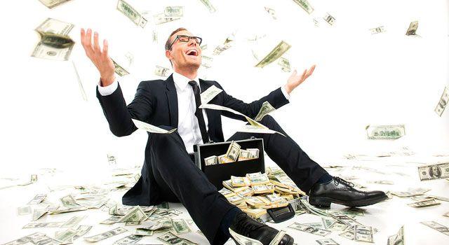 homem comerando chuva de dinheiro