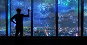 Homem conecta imagens gráficas de Bitcoin sobre a paisagem da cidade