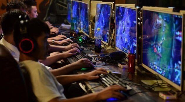 jovens jogando jogos online