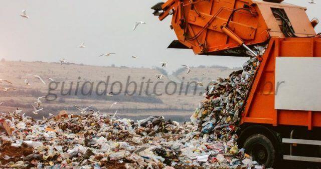 caminhão descartanto lixo aterro sanitário