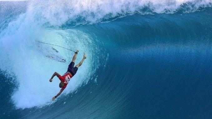 homem caindo onda surf