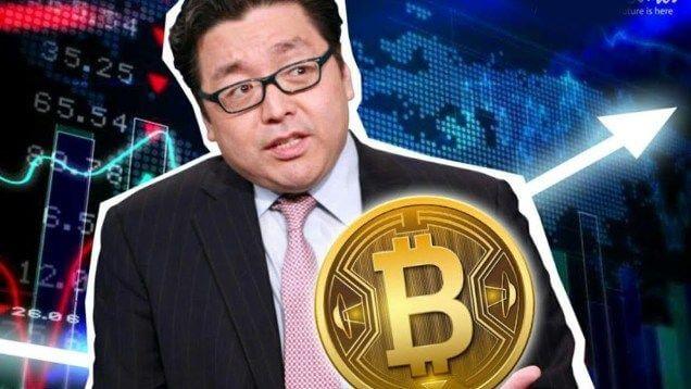 homem de oculos olhando para uma moeda de bitcoin
