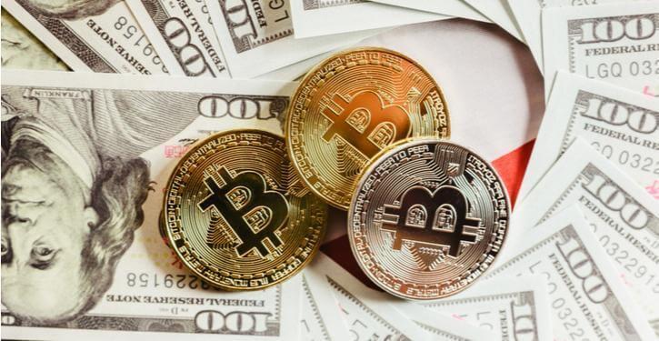 Imagem de Bitcoin e dólares americanos